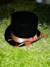 klobouk na ženichovo autíčko