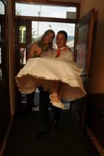 ...přenesení nevěsty přes práh až ke svatební tabuli