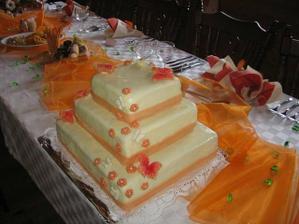 náš svatební dort na tabuli před novomanželi