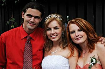 nevěsta se sourozenci (svědkyní)