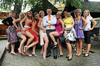 ženich v obložení krásných žen...