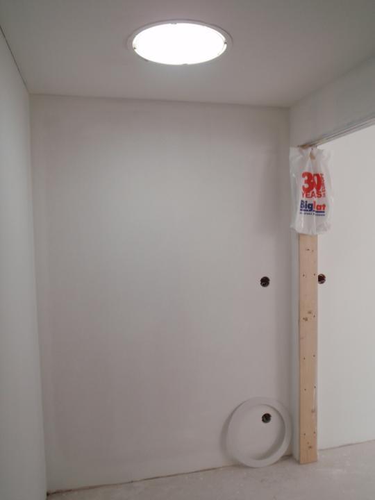 Stavíme - šatna - světlovod už plní svojí roli:-)