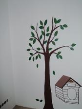 Strom ještě nemá všechny lístečky, na holou větev přijde sova, bouda se musí ještě vybarvit