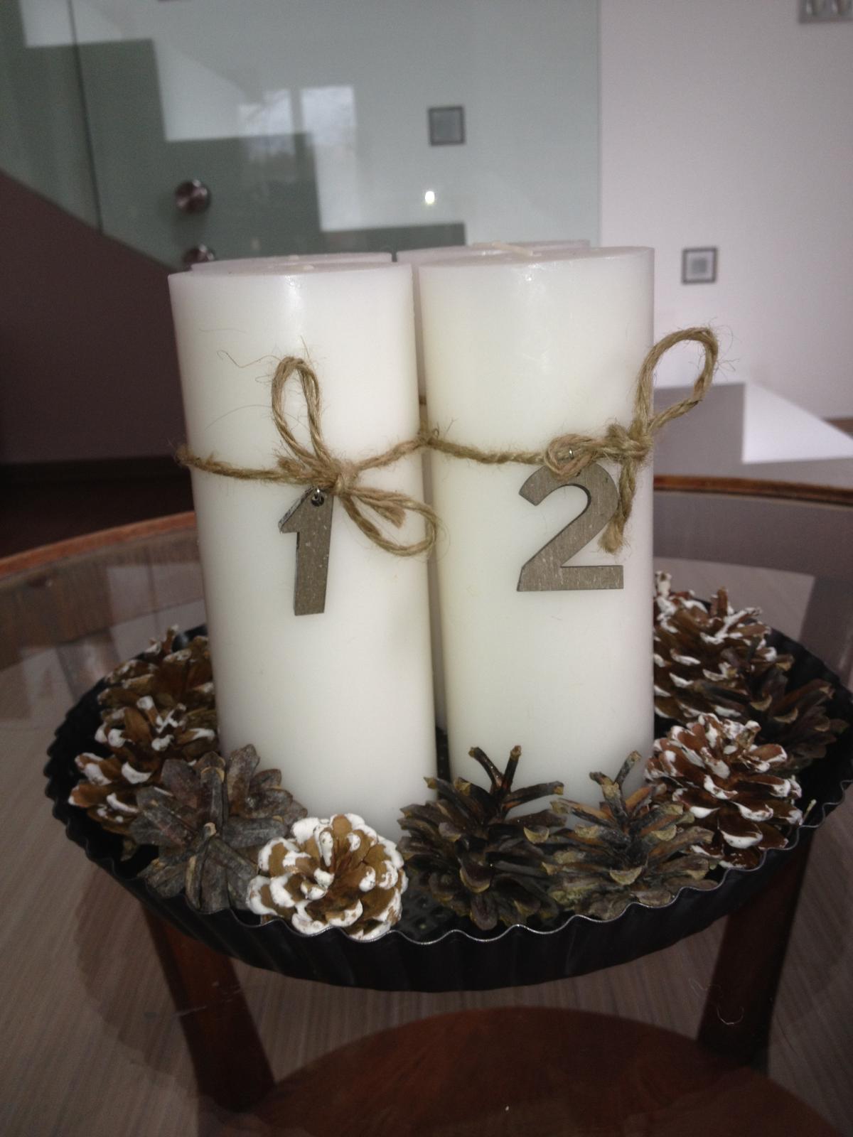 Vánoční:-) - Letošní adventní svícen....svíčky měli být původně v řadě, ale z technických důvodů :-D dopadl takhle :-)