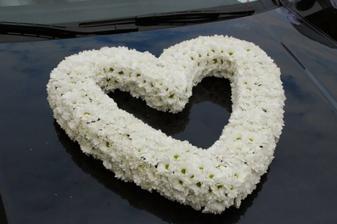 srdíčko na autě nevěsty....