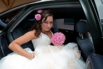 Nevěsta nasedá do auta:-)
