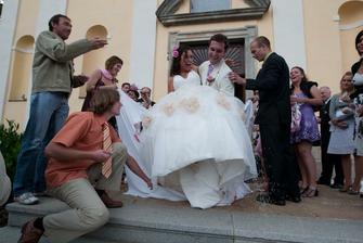Ženich nevěstu pronesl srdíčkem...