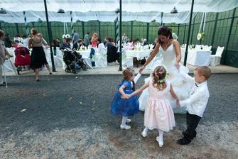 nevěsta tancuje s prťaty:-)
