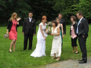 členové svatebního průvodu