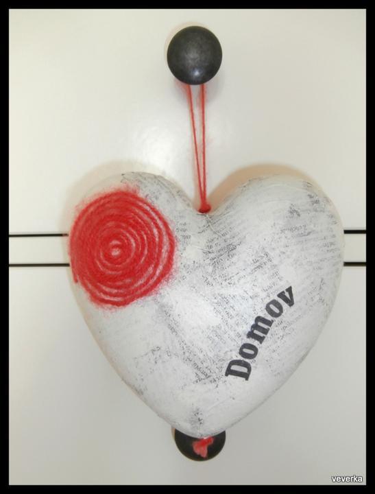 Kdo si hraje nezlobí :) - Dárek pro sestru ke kolaudaci...základ je polystyrenové srdce a dlouho jsem propadala zoufalství, co si s ním vlastně počnu :-)
