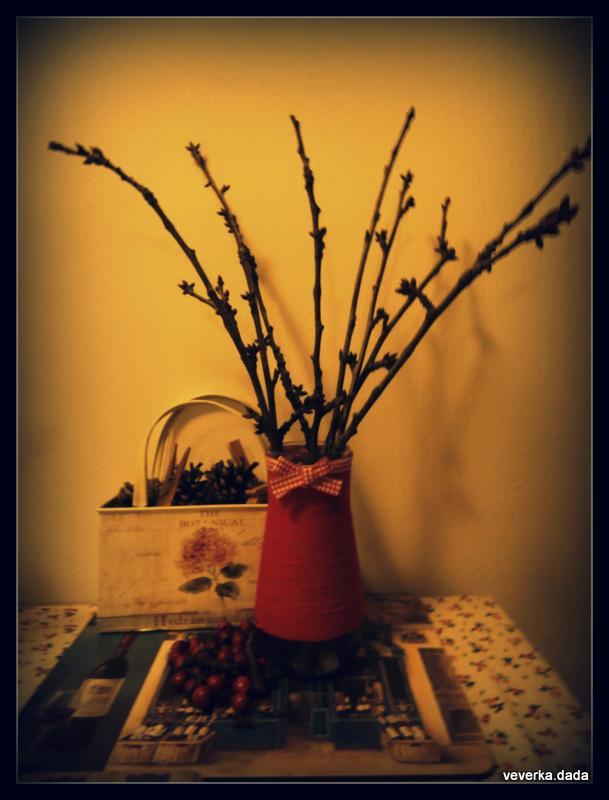 Kdo si hraje nezlobí :) - pomalu se připravuju na Vánoce :-) mimochodem, zkusila jsem dát do vody kousek jabloně a třešně, myslíte, že pokvetou? :-)