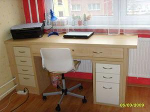 Nový psací stůl, vyrobený na míru k Laurince do pokoje.
