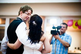 dnes som si pozerala nase videjko a spomenula som si ako sme rozpravali svoje dojmy zo svadby do kamery... :-D