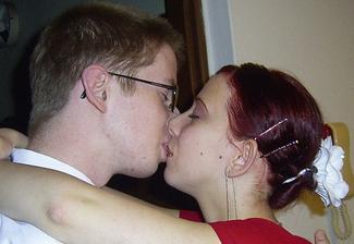 som objavila nasu prvu fotku, to bol nas prvy ples a prvy krat bol drahy u nasich a mamina ho stale nutila nech ma este pobozka, ze ona si to chce odfotit. Februar 2006