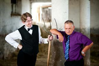 ale najskorej mu moj tatino musel ukazat ako spravne sedliak stoji pri vidliach :-D