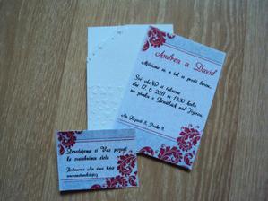 Naše ručně vyráběné svatební oznámení s pozvánkou se svatebními stolu