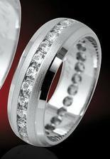 Můj objednaný prstýnek, v pánském provedení bude bez kamínků s lesklým proužkem.
