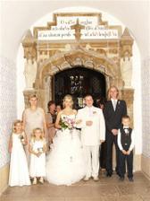 Novomanželé Biemannovi, svědkyně Beruška Jituška, svědek vtipálek Vašek a družátka