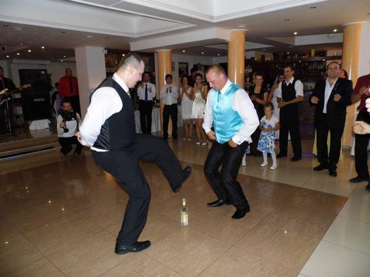 """Tinka{{_AND_}}Jarko - No môj drahý musel začať fľaškový tanec :D :D veď ako mi bolo povedané už na začiatku svadby : """"to ten Tvoj je nejake mediálna hviezda"""" :D :D :D a tak musel si zachovať reputáciu :D a samozrejme perfektný prvý družba ho v tom nemohol nechať :D"""