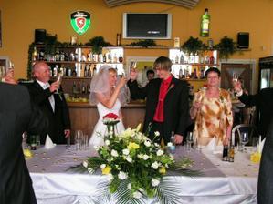 přípitek na šťastné manželství