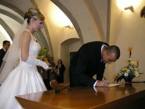 při podpisu
