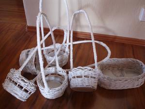 košiky pre družičky na svadbu (ešte pojde po obvode stužka) a vacsi kosik na pierka (ešte treba ušiť textilnu košielku)