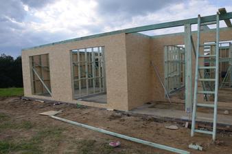 juzná strana s veľkými oknami a terasou