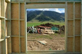 výhľad z detskej izby - vpredu nič moc- ale ked sa uprace bude to skvelé :)