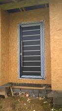 Už  máme  aj vchodové dvere -  zvonka  antracit