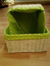 biele košíky so zelenou bodkavou výstelkou