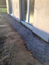 zatial provizorne - ale aspon nebude spinava stena od hliny, ked ju namaluju :)