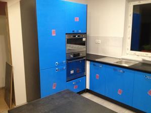 Kuchyna - korpus grafit, dvierka artic white, doska čierna