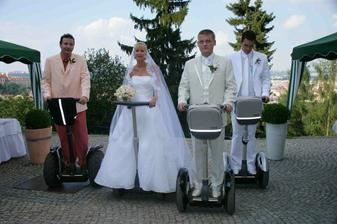 svatba na segwayích.taková malá legrácka po skutečném obřadu