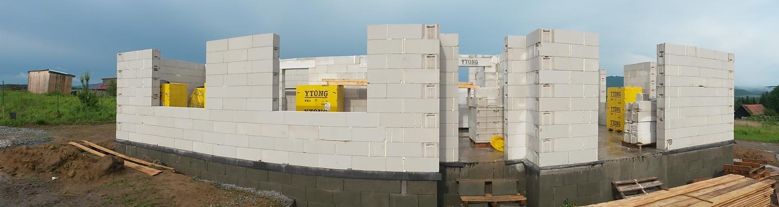 Krok za krokom... - pondelok 26. 05. 2014 - obvodové a nosné múry vytiahnuté