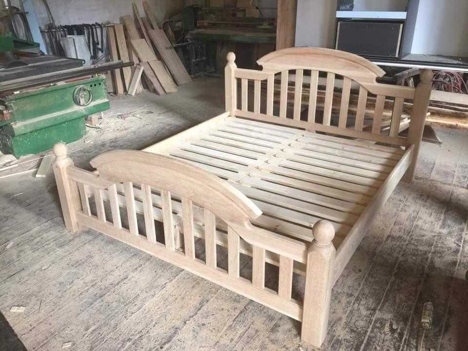 Krok za krokom... - Dubová posteľ vyrobená, ešte namoriť a máme na čom spať.