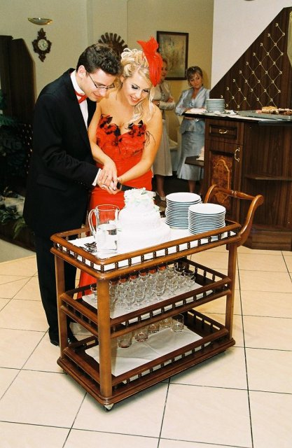 Sašo{{_AND_}}Lucka - krajanie svadobnej torty, bola MNAM