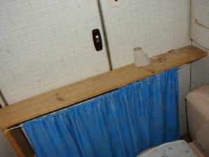 toto byla krásná polička na wc
