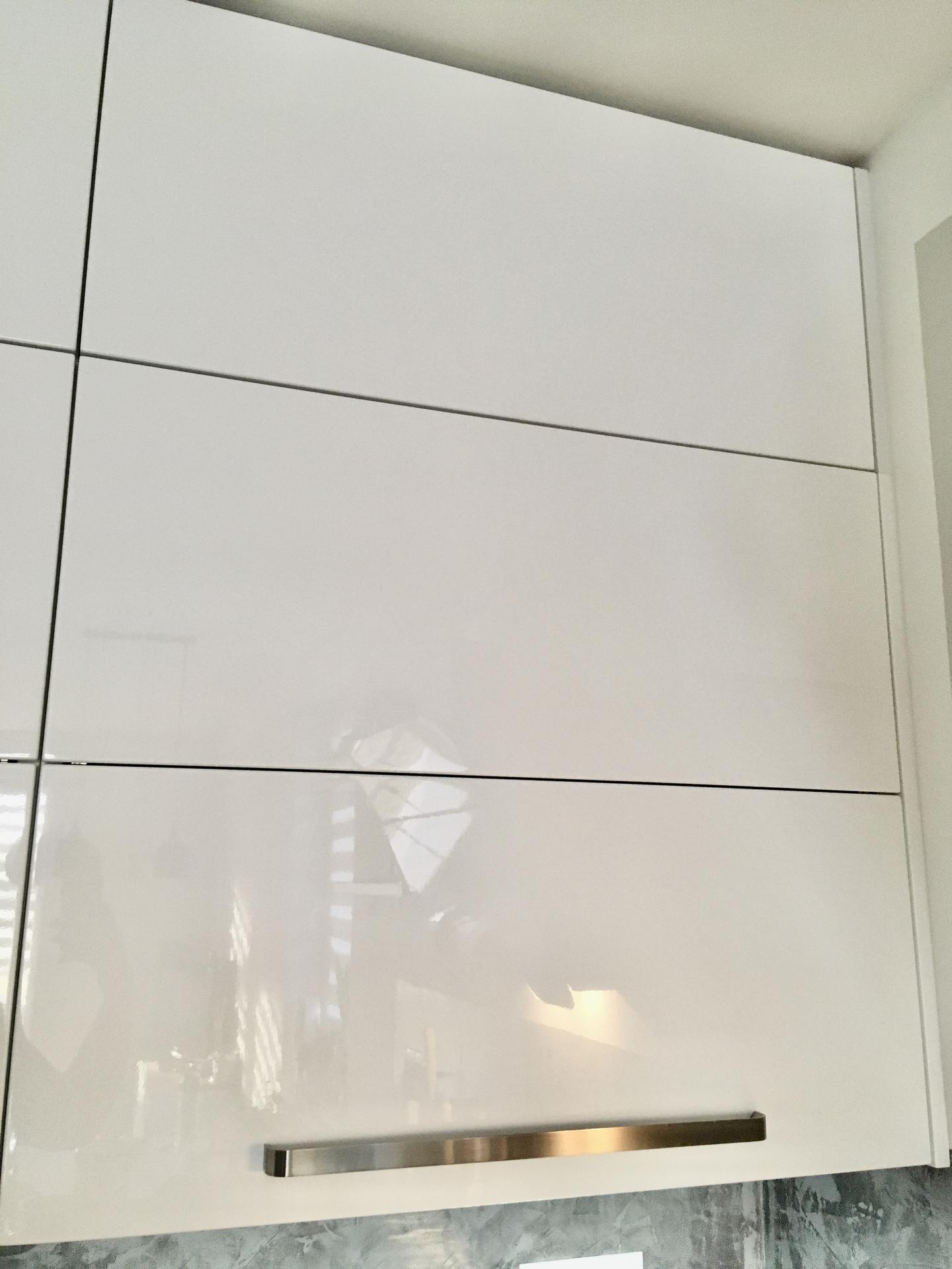 Za dveřmi - Po pěti letech padlo rozhodnutí dodělat kuchyňské skříňky až do stropu.