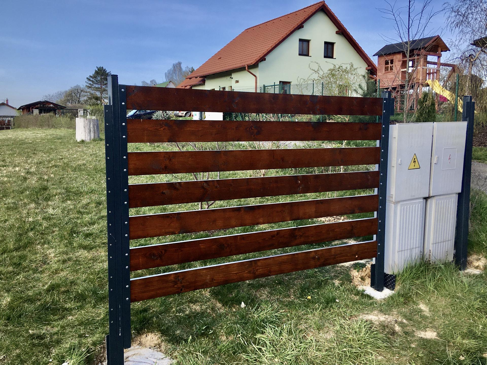Za plotem - První plotové pole, zatím bez podhrabové desky.