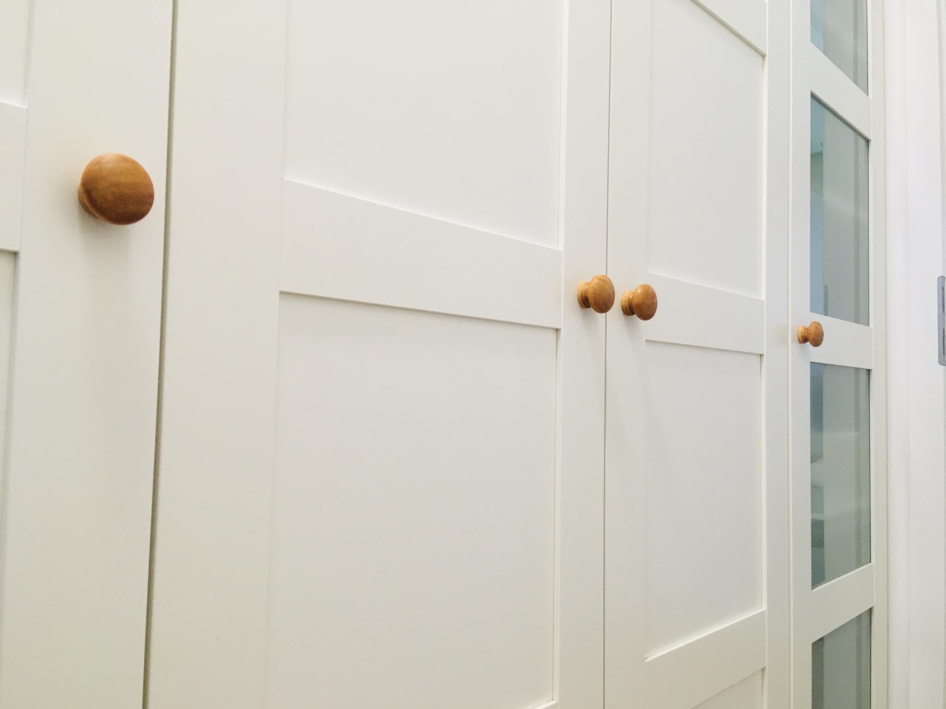 Za dveřmi - A ty samé použité jako úchytky na skříně v chodbě.
