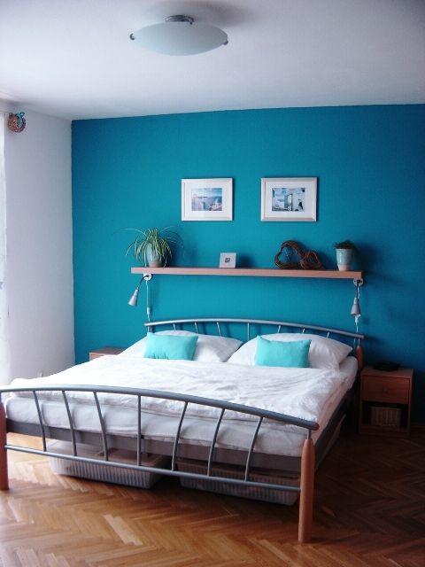 Tyrkysová ložnice - inspirace - Tak nějak bych si to představovala, ale místo obrázků a poličky nějakou bílou dekoraci na tyrkysovou zeď...