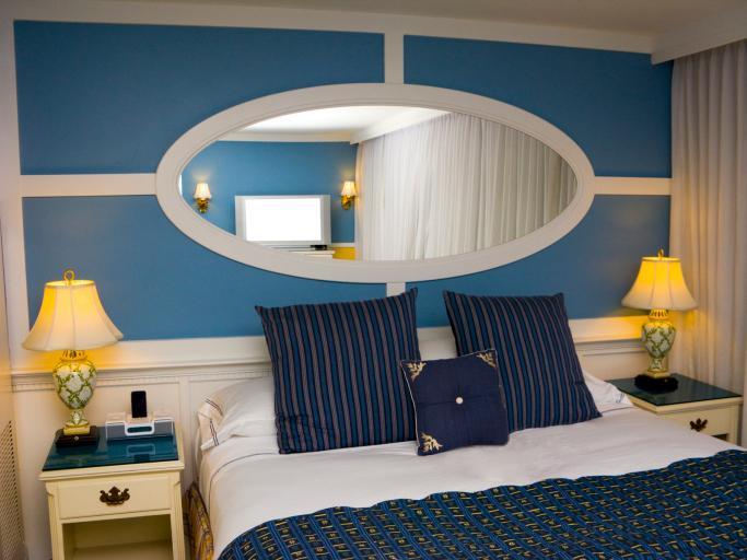 Tyrkysová ložnice - inspirace - Pěkně zařízené, ale zrcadlo nad postelí bych nechtěla
