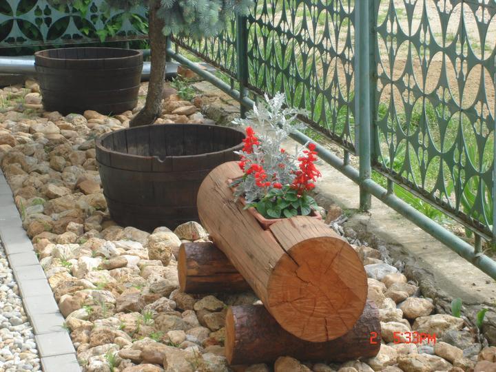 Na dvore a v záhrade - valovec spravil priateľ, a súdky čakaju na výsadbu lebo som neskoro zasiala semiačka .....