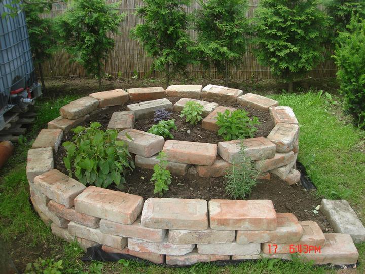 Na dvore a v záhrade - ešte treba niektoré bylinky dosadiť:))