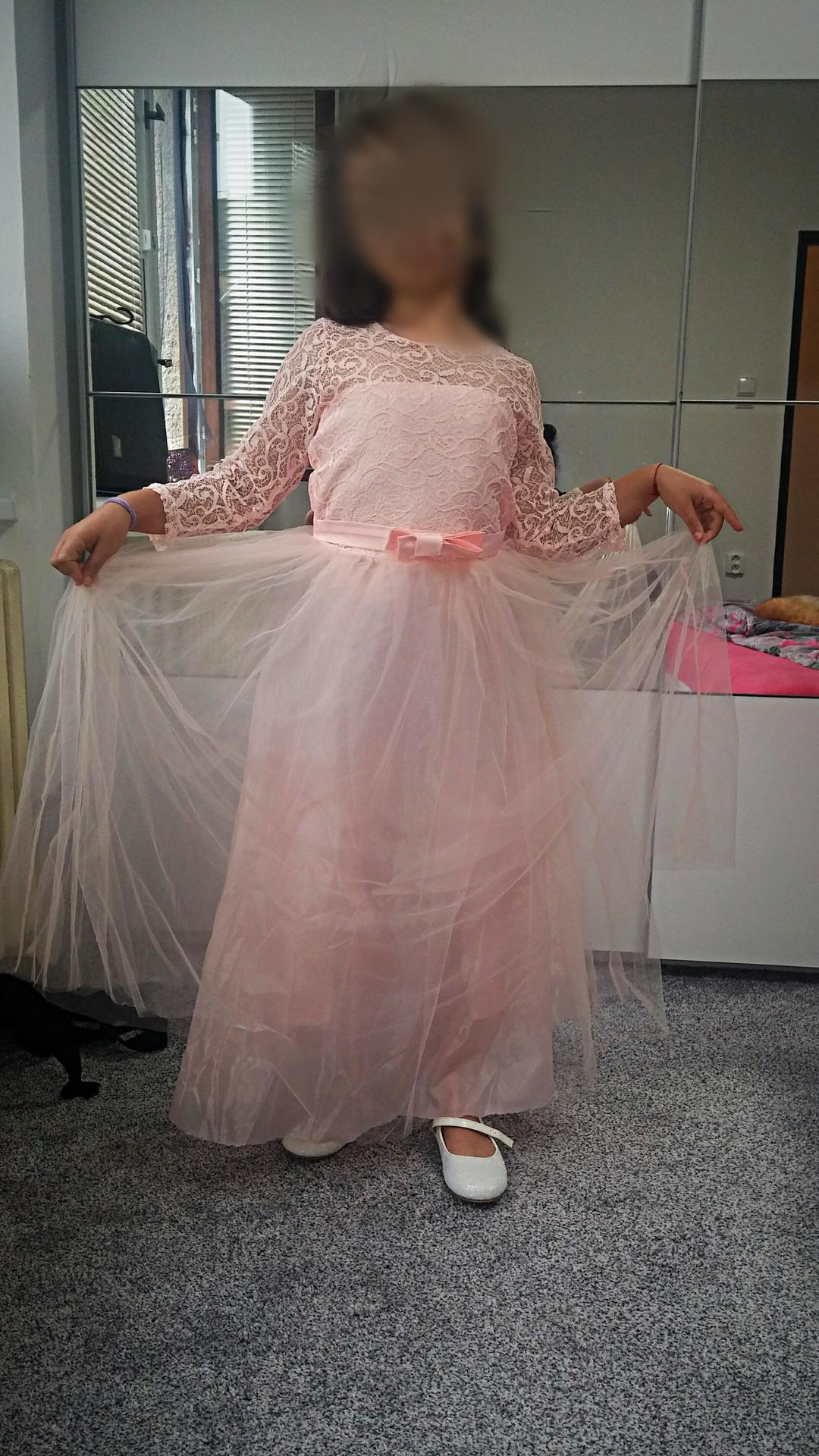 Naše malá princezna (přítelova dcera)..hlavně potřebovala mít šaty jako já, ale byla zklamaná, že nebudu mít také růžové:) Musely být dlouhé a k tomu třpytivé bílé botky...prý se cítí jako princezna:-D - Obrázek č. 1