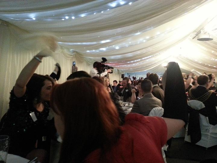Westcountry Wedding Awards - Vsichni mavali jak blaznivi latkovymi ubrousky - byli tam zpivajici cisnici, asi 5 jich bylo, a vsichni zpivali s nimi :)
