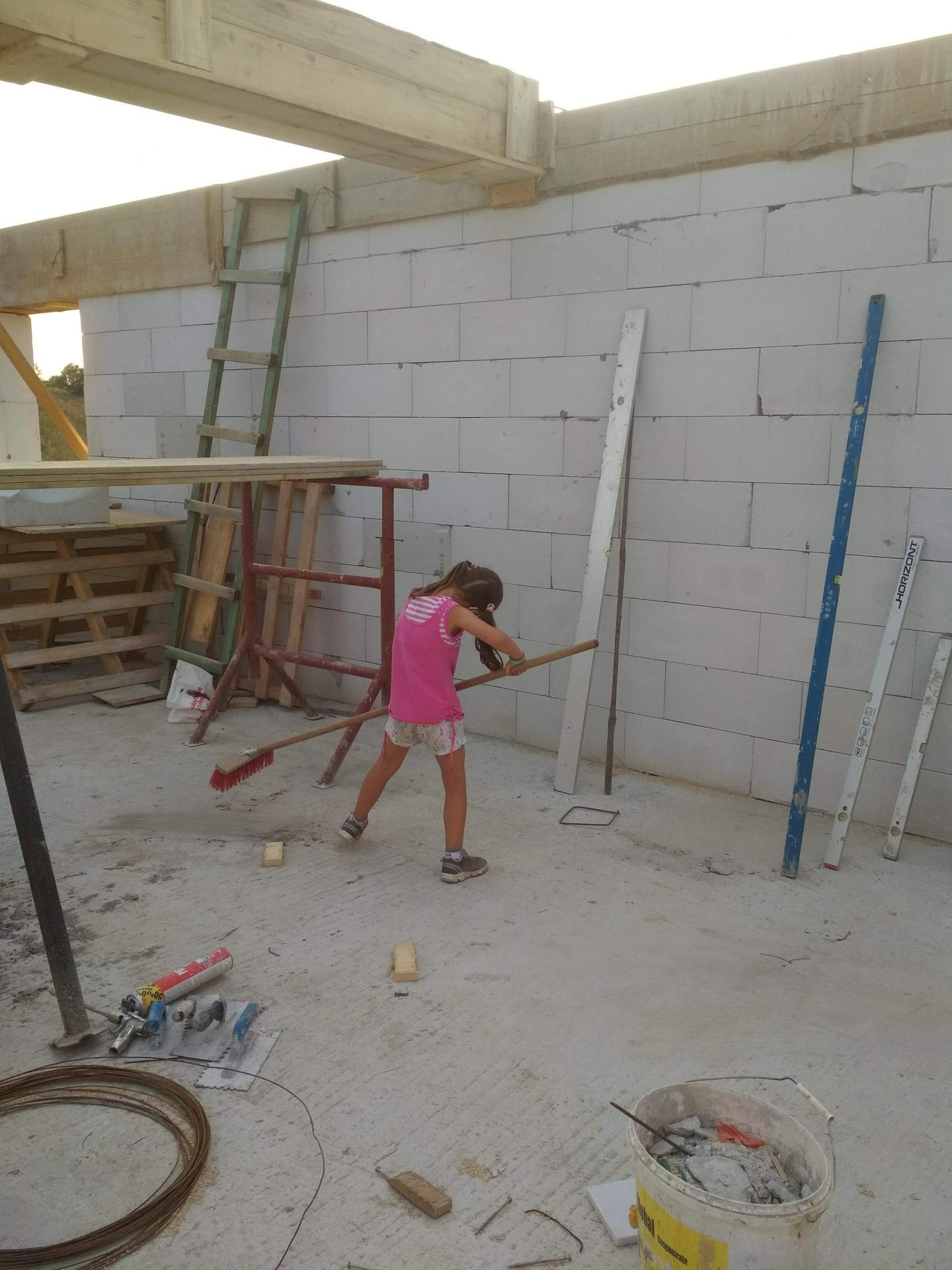 Náš domček ❤️🏡 - Dcérka sa teší a pomáha :)