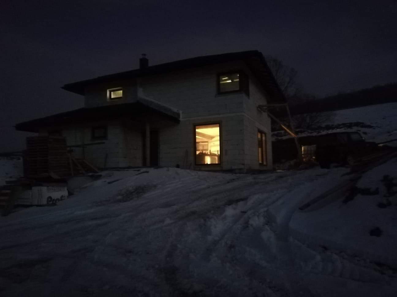 Náš domček ❤️🏡 - Svietime halogénmi a môžme makať aj po tme.