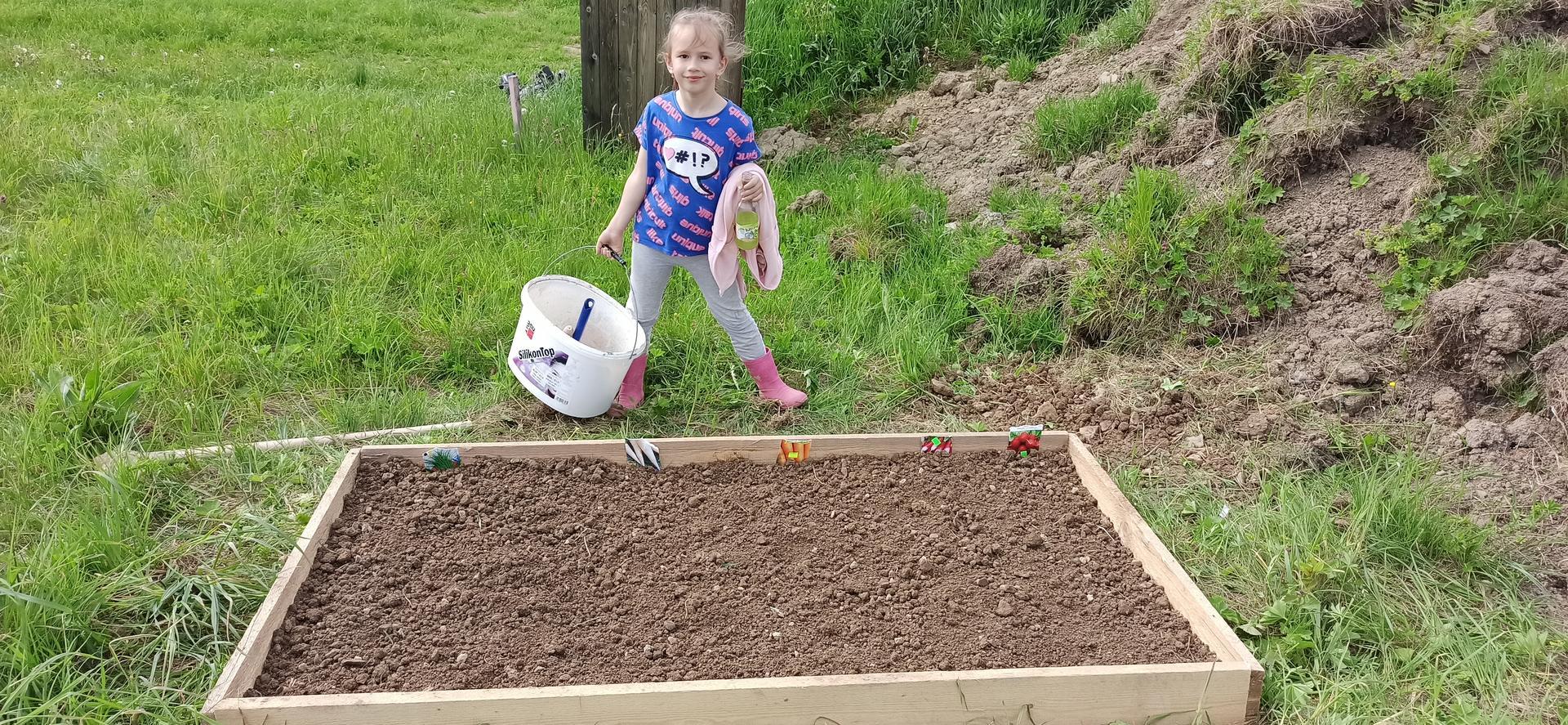Náš domček ❤️🏡 - Naša prvá záhradka na pozemku - mrkva, petržlen, reďkovka, pažítka. Tešíme sa na úrodu, dúfajme že niečo vyjde :)