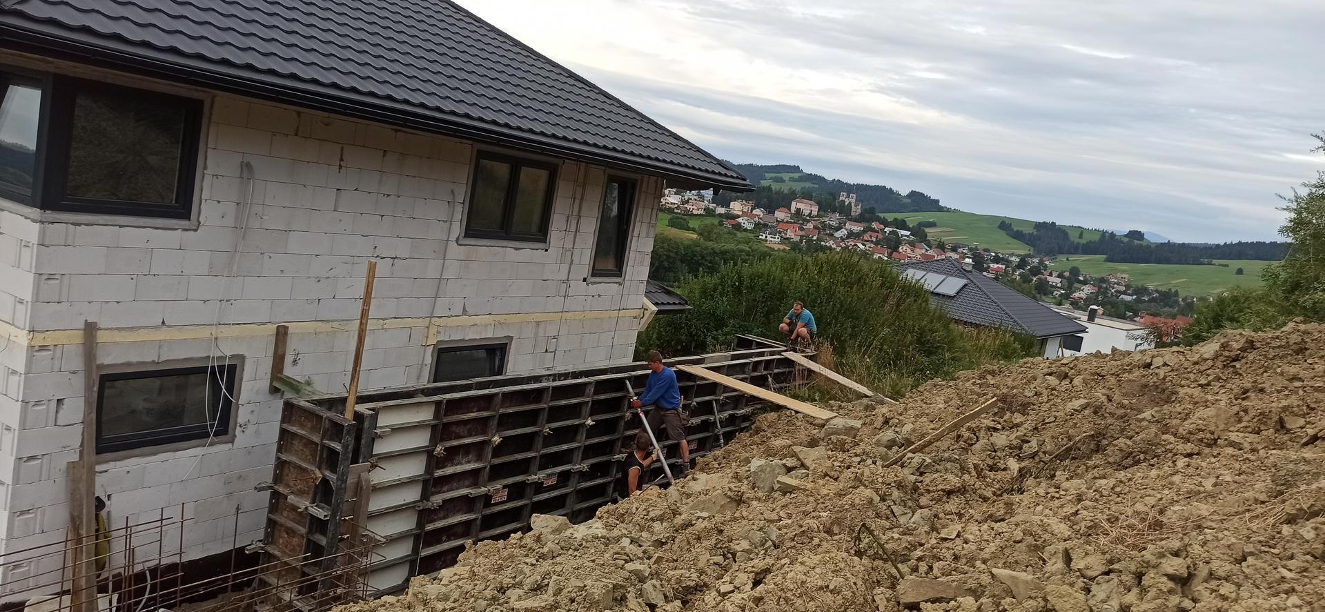 Náš domček ❤️🏡 - Chlapi makajú, pripravujú na oporný múr.